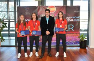 El alcalde recibe a las tres jugadoras del AD Alcorcón FSF ganadoras de la primera Eurocopa Femenina de Fútbol Sala
